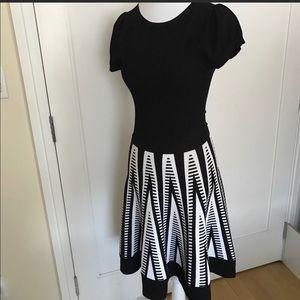 NWOT-Alice + Olivia B&W Geometric Print Fit Knit